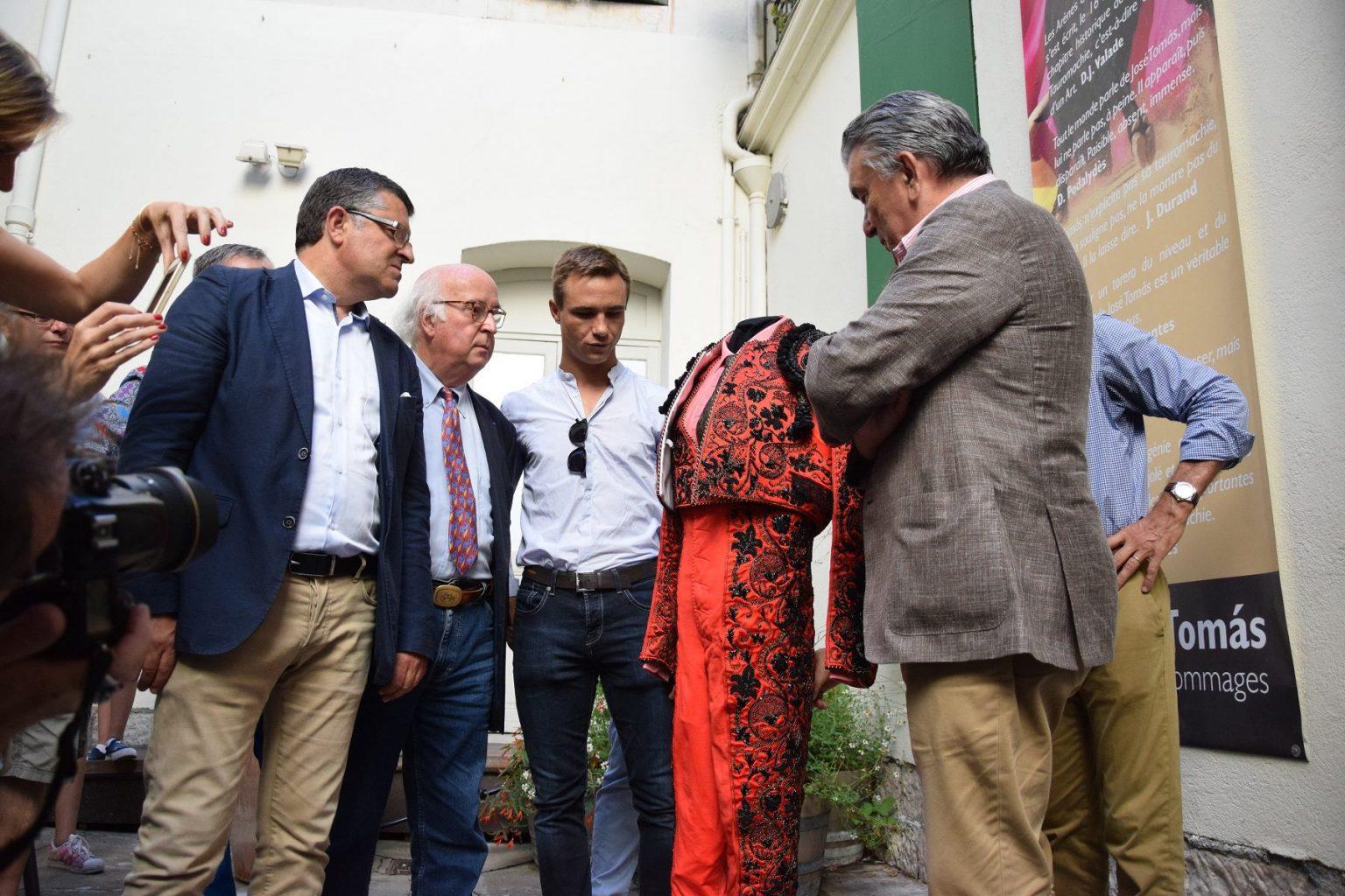 Juan Bautista remet son costume de son seul contre six au Musée des Cultures Taurines à Nîmes