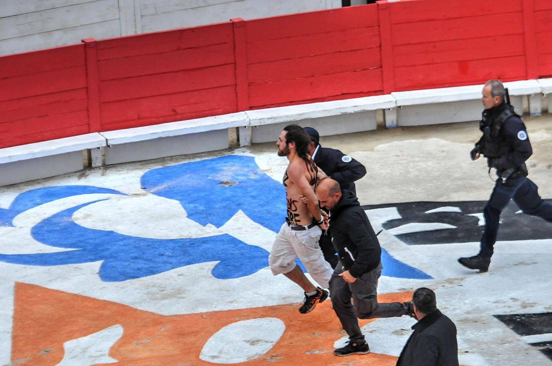 ARLES SEPTEMBRE 2017 – L'anti corrida condamné pour avoir sauté dans les arènes