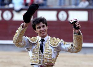 GRA384. MADRID, 19/05/2014.- El novillero Francisco Espada, en su presentación en Madrid, tras cortar una oreja a su segundo durante el undécimo festejo de la Feria de San Isidro, hoy en la plaza de toros de Las Ventas, en el que ha compartido cartel con Lama de Góngora y Posada de Maravillas, con novillos de El Montecillo. EFE/Ballesteros