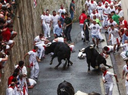 GRAF5252. PAMPLONA (ESPAÑA), 07/07/2018.- Los toros de la ganaderia salmantina de Puerto de San Lorenzo, han protagonizado el primer encierro de estos Sanfermines 2018. En la imagen, los corredores en el inicio de su recorrido.EFE/Rodrigo Jiménez