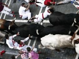 GRAF8599. PAMPLONA, 12/07/2018.- Los toros de la ganadería madrileña de Victoriano del Río Cortés enfilan la calle Estafeta junto a mansos y mozos durante el sexto encierro de los Sanfermines 2018. EFE/Jesús Diges