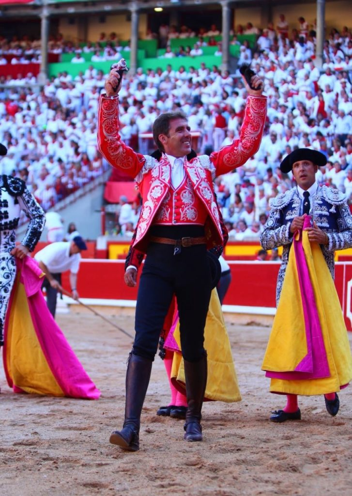 PAMPELUNE (06-07) LÉONARDO HERNÁNDEZ et ROBERTO ARMENDARIZ accompagnent par la Grande Porte un PABLO HERMOSO DE MENDOZA prophète en son pays
