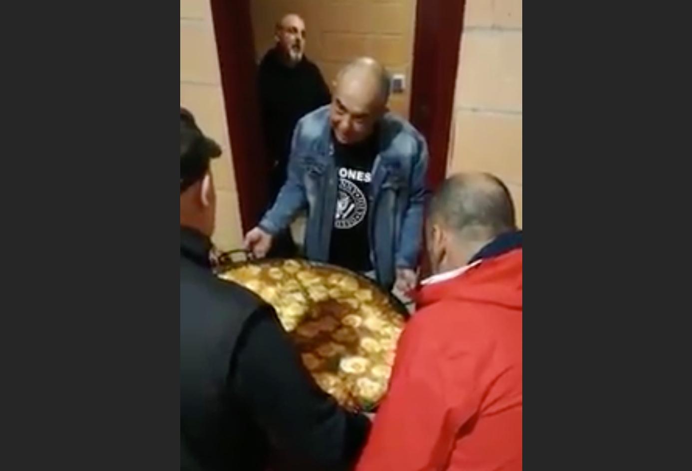 VIDEO DU NET // Quand tu fais une paella… qui ne passe pas à la porte