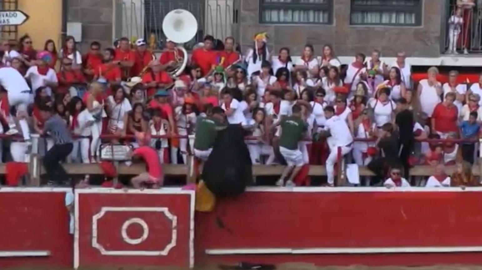 VIDEO // Situation incroyable où le toro saute 2 fois et sème la panique dans les Arènes de Cortes