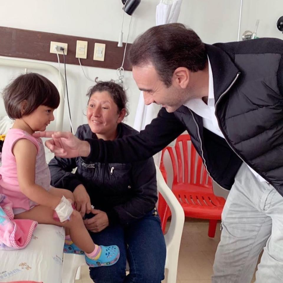 Enrique rend visite aux enfants à l'Hôpital